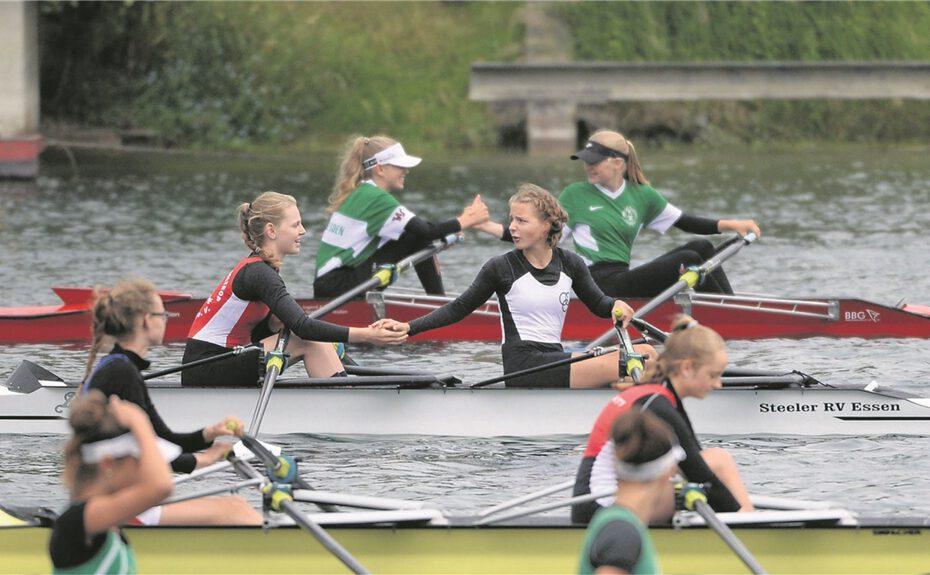 Hannah Veuhoff vom Ruderverein Waltrop (2. Boot v.h., li.) und ihre Partnerin Emilia Gallinat (Essener RRV) qualifizierten sich als Vorlaufschnellste im leichten Doppelzweier für das Halbfinale am Samstag