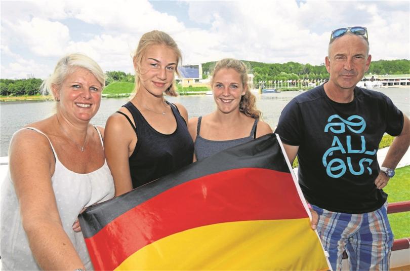 Sie drückten Neele vor Ort ganz feste die Daumen: (v.li.) Mama Tanja, die Schwestern Ele- na und Lara sowie Papa Andreas.
