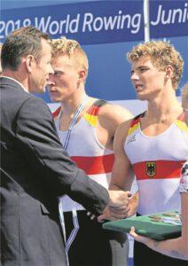 Sören Henkel (r.) bei der Medaillenübergabe: Der 17-jährige saß im Deutschland-Achter mit Steuermann, der bei der WM in Tschechien Bronze gewann.