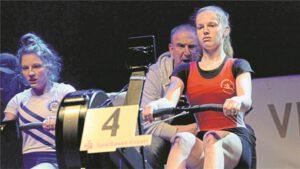 Wurde auf dem Ergometer von ihrem Trainer Andreas Erdtmann lautstark angefeuert: Hannah Veuhoff vom Ruderverein Waltrop