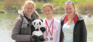 Auch die Trainerinnen Lara Erdtmann (li.) und Tabea Menzel waren stolz auf die Leistungen ihres Schützlings Anna Schulte-Kump (M.)