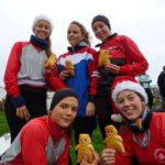 Mit Nikolausmütze und Stutenkerl: Frederike Fenger, Sophia Benthaus (vorn v. l.), Marie Schulte-Kump, Franziska Fenger und Helen Klaes (hinten) belegten Platz zwei in Kettwig.
