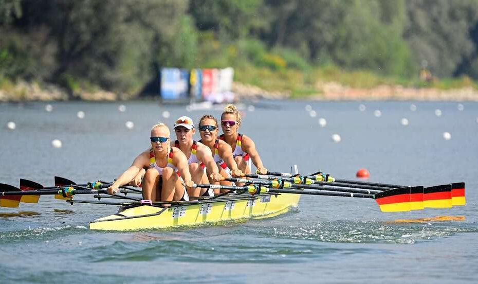Die direkte Qualifikation für das Finale hat der Doppelvierer der Frauen bei der Weltmeisterschaft im österreichischen Linz Ottensheim verpasst. Das Boot mit Franziska Kampmann vom Ruderverein Waltrop (2.v.li.) und ihren Teamkolleginnen Frieda Hämmerling (v.li.), Michaela Staelberg und Daniela Schultze belegte am Dienstag im stark besetzten Vorlauf den dritten Platz. Da sich nur die beiden Siegerboote der Vorläufe für das A-Finale am Samstag direkt qualifizierten, muss der Vorjahreszweite aus Deutschland nun im Hoffnungslauf am Donnerstag um 13.18 Uhr ums Weiterkommen kämpfen. Die vier schnellsten Boote komplettieren dann das Starterfeld des Endlaufs