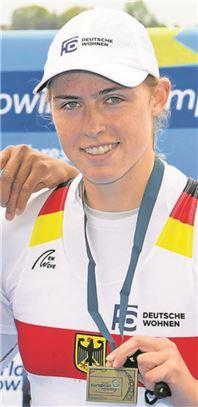 Stolz präsentiert Franziska Kampmann ihre Medaille.