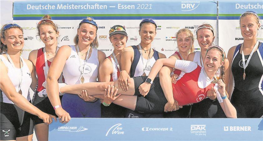 Goldene Zeiten! Der deutsche Juniorinnen-Achter lässt Neele Erdtmann nach dem Titelgewinn hochleben.