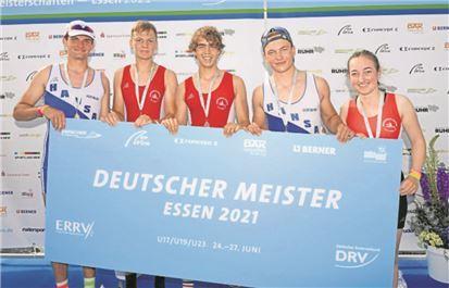 In starker Form präsentierten sich auch Hannes Polarczyk (2.v.l.), Ben Dreßler (3v.l.) und Steuerfrau Imke Klaes mit dem Siegerteam des U17-Vierers.